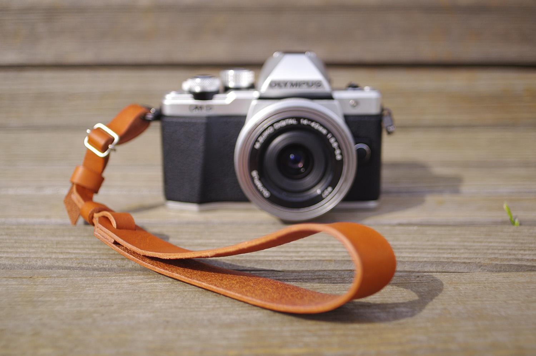 手作りカメラグッズ】タグみたいな革のハンドストラップの作り方
